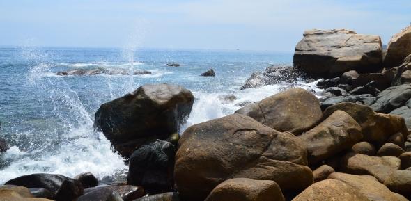 hang-rai-waves-against-rock-1447